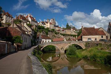 Brug en rivier om Semur-en-Auxois, Frankrijk van Joost Adriaanse