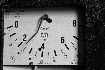 Anzeige eines Messgerätes in einem stillgelegten Heizkraftwerk von Heiko Kueverling