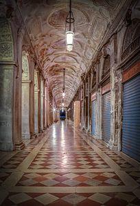 Arcade in Venetië van Sabine Wagner