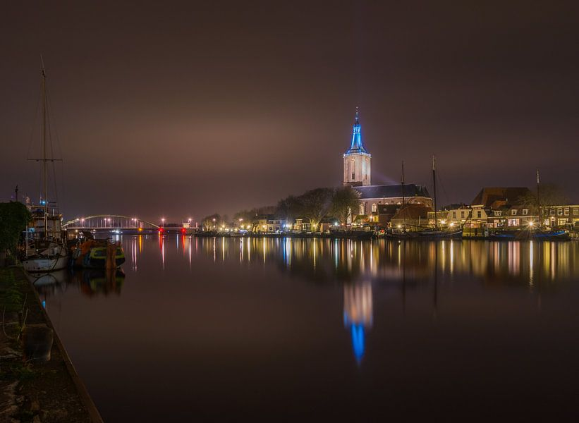Gezicht op Hasselt met spiegeling in het water HDR van Martin Bredewold