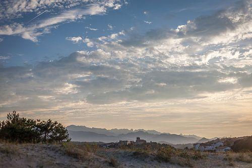 Zonsondergang over oude stad en bergen