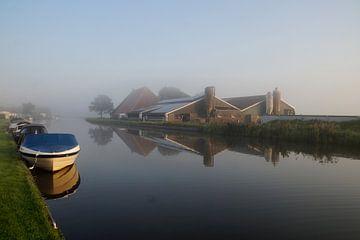 Aufstrebende Farm im Morgennebel am Wasser von wil spijker