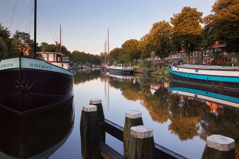 Spiegelingen in het Reitdiep 2 van Iconisch Groningen