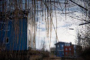 Reflectie van kleurrijke huizen