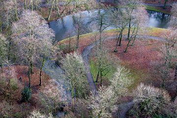 Luchtfoto van het park bij de Euromast op een winderige zonnige dag in december van Peter de Kievith Fotografie