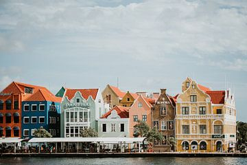 Kleurrijke grachtenpanden van Willemstad, Curaçao van Trix Leeflang