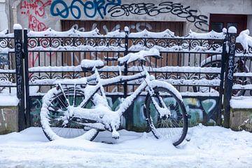 Bicyclette enneigée garée devant une clôture de jardin, Brême, Allemagne, Europe sur Torsten Krüger