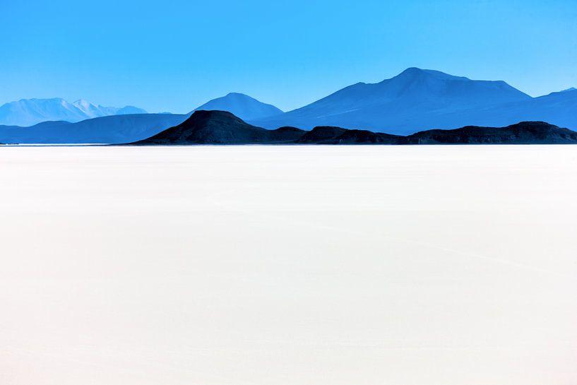 Uitzicht vanaf de   Salar de Uyuni zoutwoestijn in Bolivia van Wout Kok