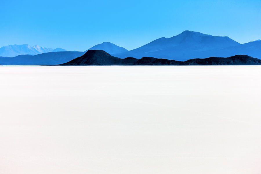 Uitzicht vanaf de   Salar de Uyuni zoutwoestijn in Bolivia