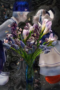 Hollands stilleven blauwe vaas met veldboeket en blauwe druifjes en kissing couple in de stijl van ina kleiman
