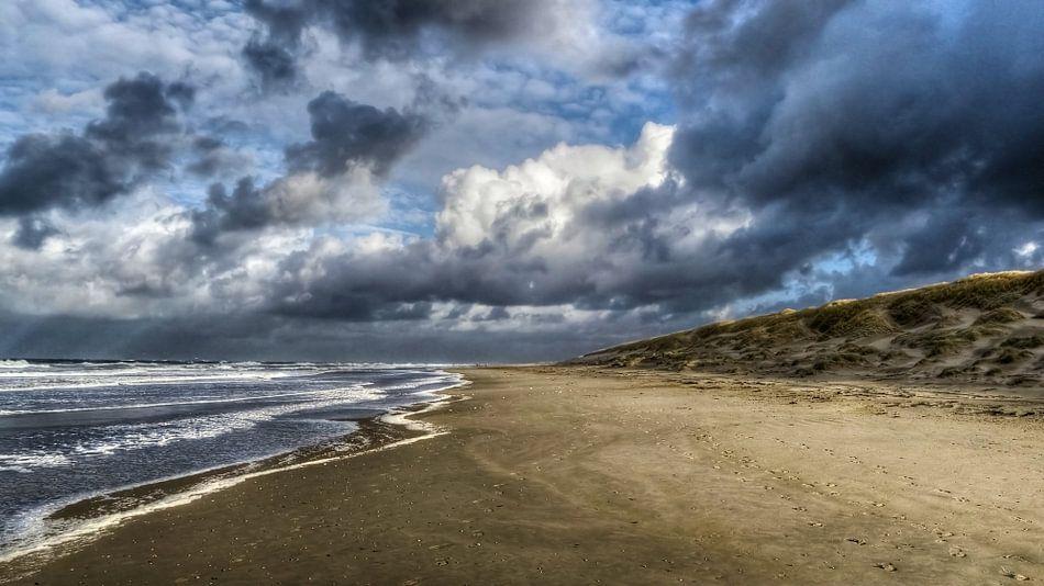 Strand met typisch nederlandse wolkenpartij