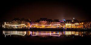 Nacht fotografie lichten reflecterend op  het water van de Maas in Maastricht van Dorus Marchal