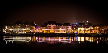 Nacht fotografie lichten reflecterend op  het water van de Maas in Maastricht van