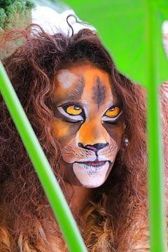 Löwe im Dschungel von Bobsphotography
