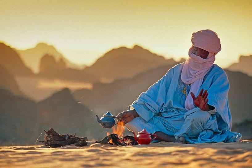 Le désert du Sahara. Un homme touareg fait du thé sur le sable sur Frans Lemmens