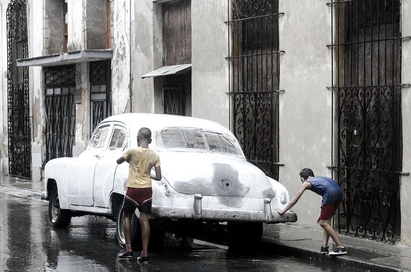 Oldtimer - Havana - in the rain sur Annemarie Winkelhagen