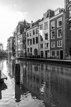 Stukje Oudegracht in Utrecht met panden aan de Lijnmarkt in zwart-wit van De Utrechtse Grachten