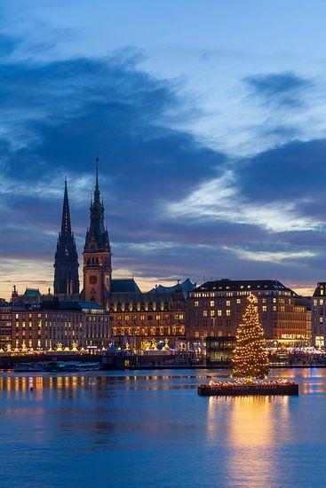 Jungfernstieg, Hamburger Rathaus und Nikolaikirchturm mit Weihnachtsbeleuchtung, bei Abenddämmerung,