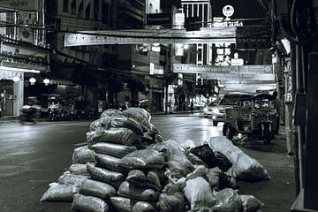 Straat in Chinatown, Bangkok in zwart-wit van Bart van Lier