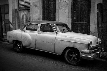 Une vieille voiture est garée dans les rues de Hanava, dans une zone de stationnement interdit sur Laurens Coolsen