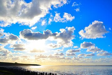 Wolkenpracht bij Moddergat, uitzicht over de waddenzee. van Mark van der Werf