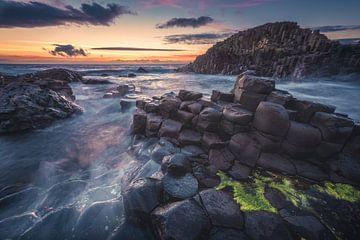 Irland Giant's Causeway zum Sonnenuntergang von Jean Claude Castor