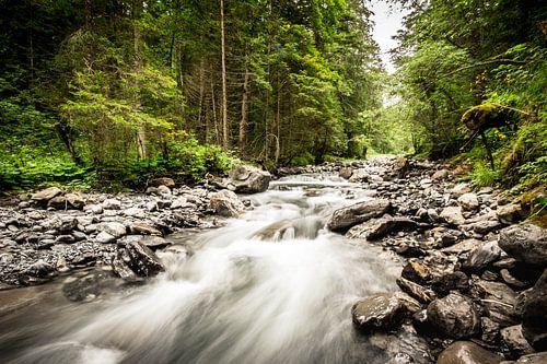 Stromende rivier van