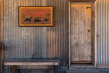 Ingang van een oud tankstation langs de Nullarbor, een weg door de leegte van  het zuiden van Austra van Coos Photography