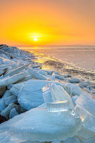 Kruiend ijs tijdens zonsopkomst