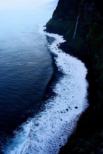 Zee en zwarte rotsen