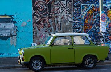 Un trabant pour le mur de Berlin sur Marian Sintemaartensdijk