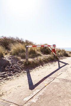 Toegangspoort tot de duinen op het strand van Manon van Bochove
