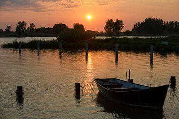 Bootje bij ondergaande zon van Barbara Brolsma