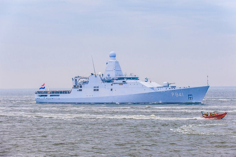 KNRM met op de achtergrond Marineschip de Zeeland. van Brian Morgan