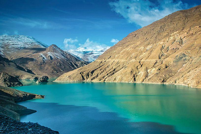 Uitzicht op de bergen bij het Yamdrokmeer, Tibet van Rietje Bulthuis
