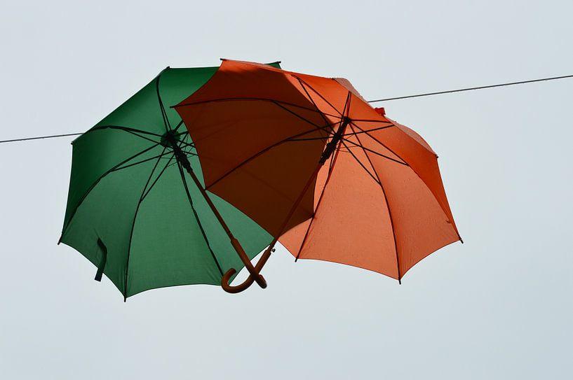 Paraplu's van de regen in de drup. van Marcel Huisman