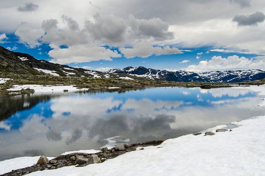 Spiegeling in smeltwater - Noorwegen