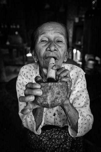 Baghan, MYANMAR, den 12. Dezember 2015 - Stumpen rauchen alte Frau in Baghan. Stumpen ist eine tradi von Wout Kok