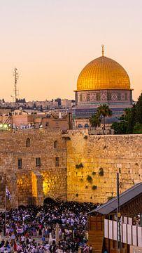 Mensen bij de Klaagmuur in Jeruzalem (met Dome of the Rock op achtergrond) van Jessica Lokker