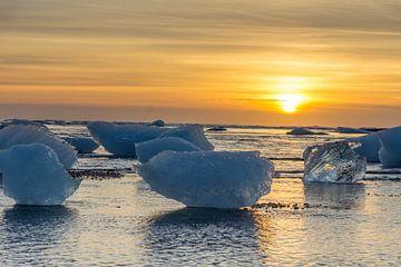 IJsbergen op strand, IJsland van Wigger Tims