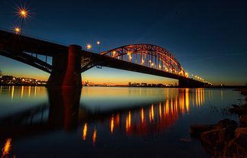 Waalbrug Nijmegen bij zonsondergang van Geert Klein Breteler