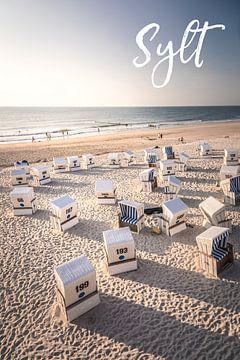 Zomeravond met strandstoelen met belettering Sylt van Christian Müringer