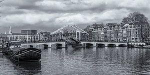 Magere Brug en de Amstel in Amsterdam in zwart-wit