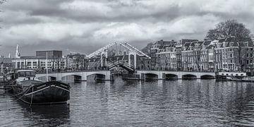 Die Magere Brücke und die Amstel in Amsterdam in schwarz-weiß von Tux Photography