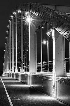 Die Wilhelminabrücke in Deventer am Abend in Schwarz-Weiß von Jaimy Leemburg Photography