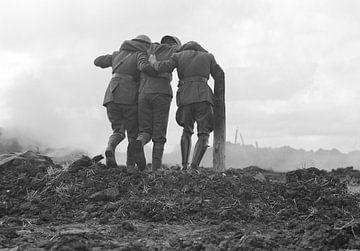 Männer verlassen das Schlachtfeld im Ersten Weltkrieg