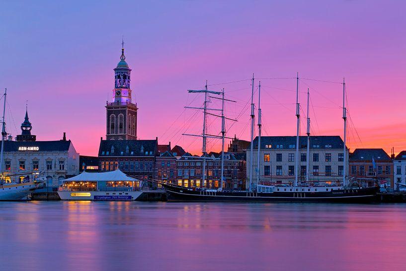Klokkentoren Kampen tijdens paarse zonsondergang van Anton de Zeeuw