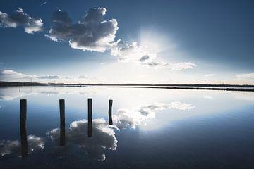 Wolken reflectie van Jim Looise
