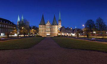 Lübeck Holstentor zur blaue Stunde von Frank Herrmann