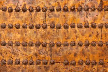 Schöne Texturen auf einer Kupfertür eines Riads in Marrakesch, Marokko. Mit schön aufgebrachten Verz von Bas Meelker